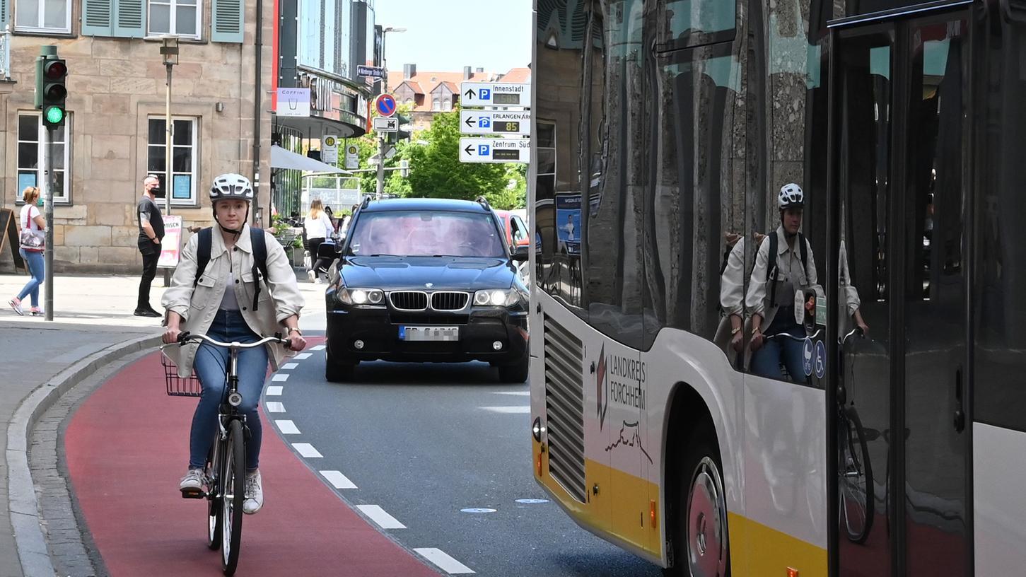 Katja Kiesel mit dem Fahrrad unterwegs: Hier auf dem Radweg in der Henkestraße, der für mehr Sicherheit erst kürzlich rot eingefärbt wurde.