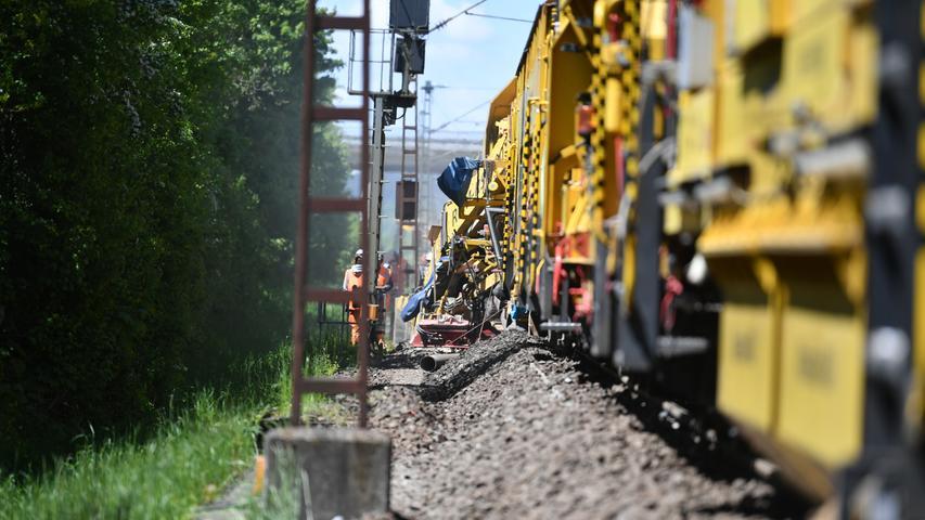 Mega-Maschine schüttelt das Gleisbett auf