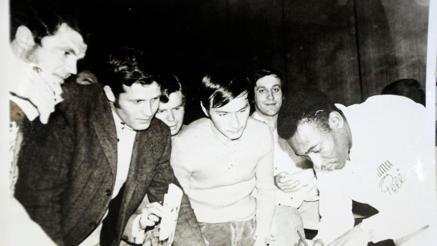 Puma-Star Pele bei einem Besuch in Herzogenaurach 1970. Der Brasilianer musste viele Autogramme schreiben.