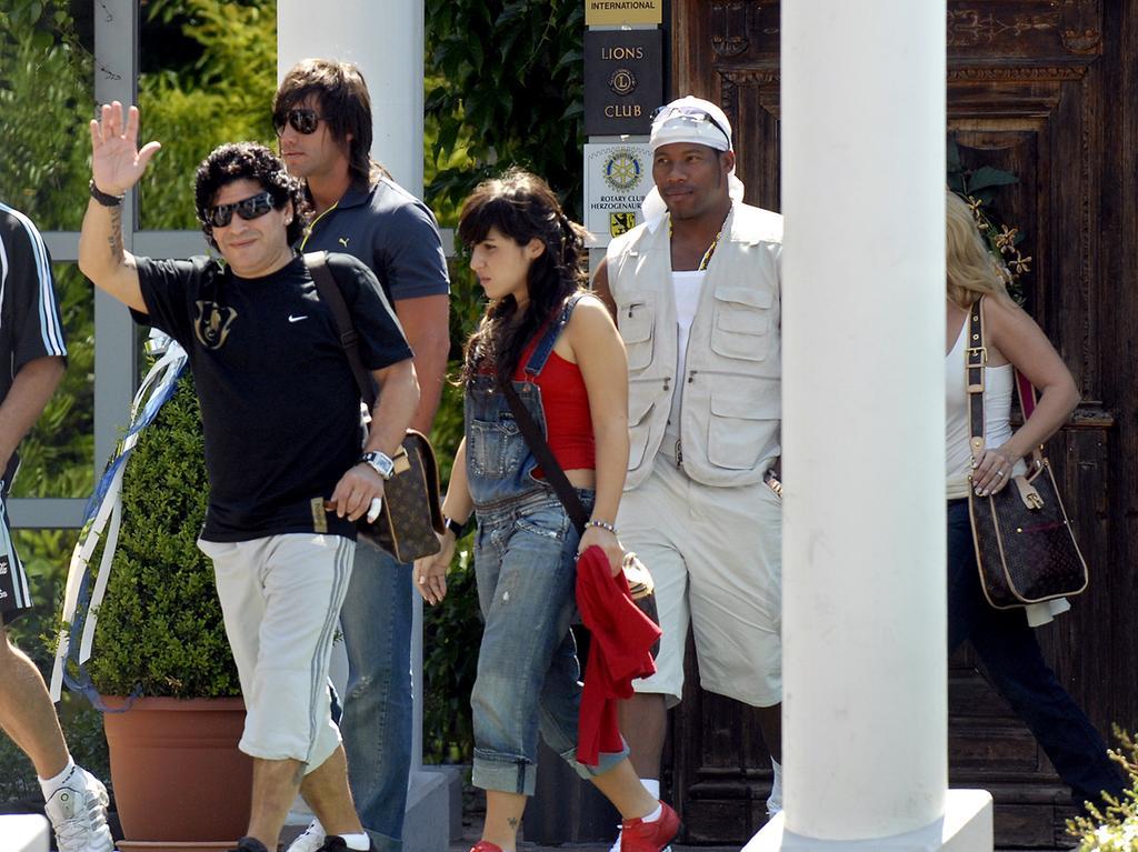 Foto: Horst Linke ..Motiv: Die Welt steht kopf - Diego Maradona im Herzogspark! Er besucht das Quartier der argentinischen Nationalmannschaft in Herzogenaurach