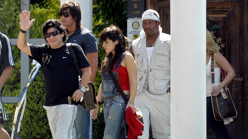 Sein argentinischer Nachfolger: Maradona. Er besuchte 2006 die argentinische Nationalmannschaft, die zur WM im Herzogs Park logierte.