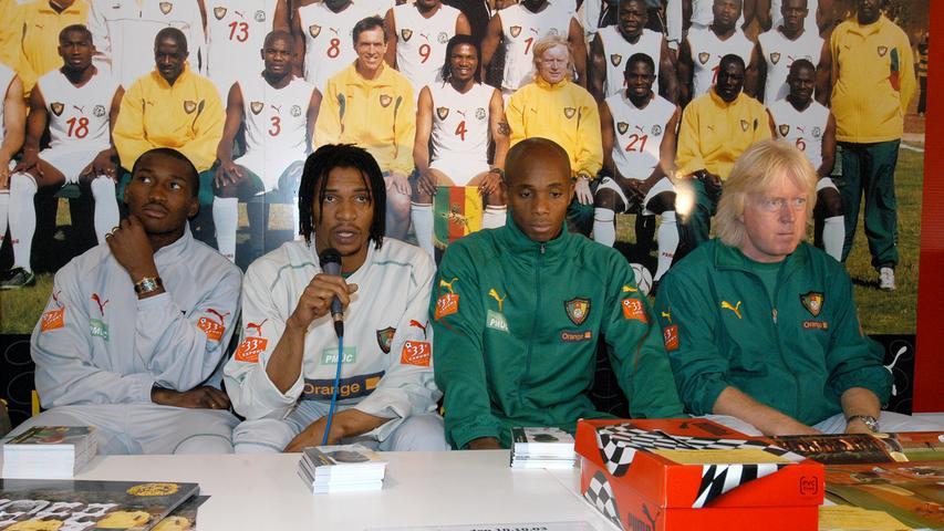 2003: Kulttrainer Winni Schäfer als Trainer der Nationalmannschaft Kameruns zu Gast bei Puma