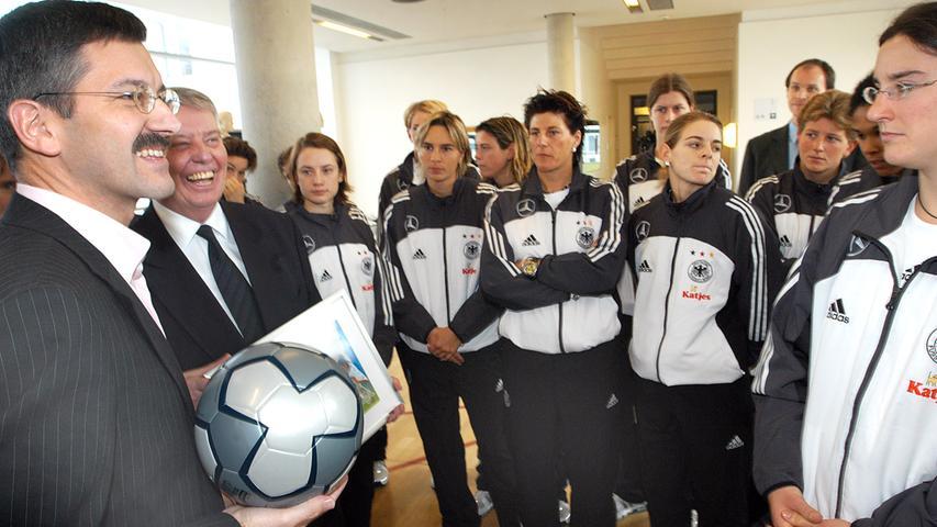 2004: Gemeinsam mit der deutschen Nationalmannschaft der Frauen wird der adidas-Ball für die Olympiade vorgestellt.