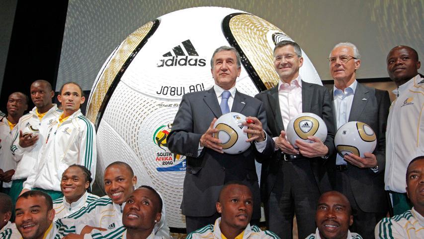 Carlos Pereira, Herbert Hainer und Franz Beckerbauer im Jahr 2010 bei einer adidas-Veranstaltung. Vorne die südafrikanische Nationalmannschaft.