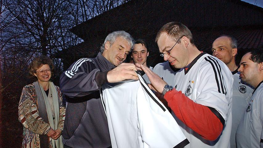 Rudi Völler gab in Herzogenaurach gerne Autogramme, so wie auch ...