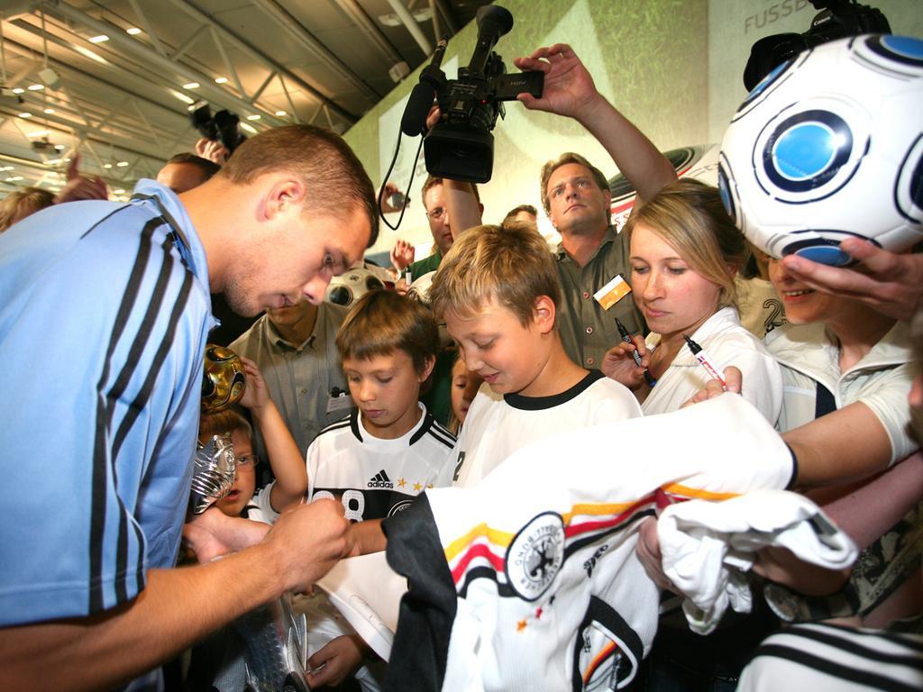 Pressekonferenz / Famileinnachmittag bei adidas in Herzogenaurach - DFB Fußballnationalmannschaft - Kinder / Fans belagern Lukas Podolski, der Autogramme gibt..Foto Erich Malter