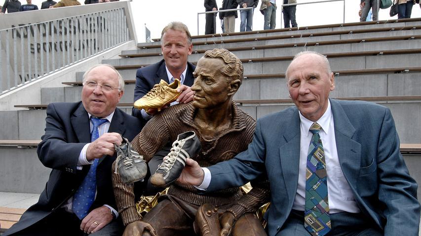 Enthüllung einer Adi-Dassler-Skulptur aufder World of Sports von adidas durch Uwe Seeler, Andi Brehme, und Horst Eckel
