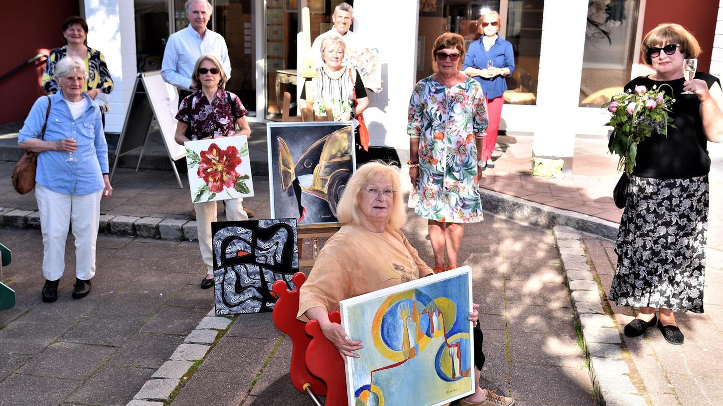 Mit einem Glas Sekt stießen die Künstler mit Bürgermeister Horst Kratzer, Bürgermeisterin Gabriele Bayer undBarbara Wildenauer, Inhaberin der ehemaligen Rathaus-Apotheke, auf die Kunstausstellung an.