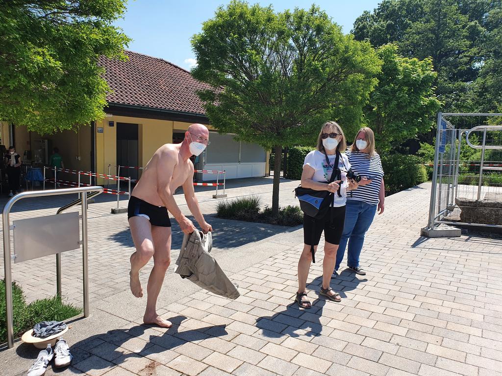 Eröffnung des Naturbads in Großhabersdorf nach Corona-Pause, Bürgermeister Thomas Zehmeister taucht als einer der ersten ab