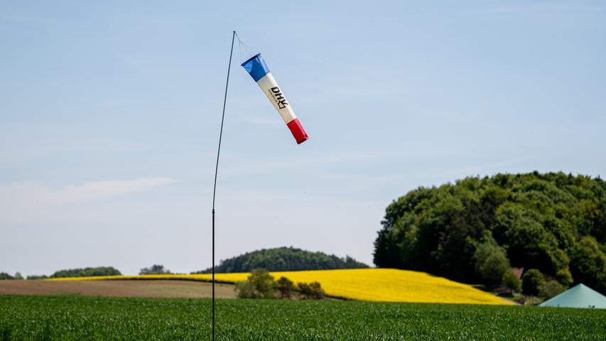 Man kann sich aber auch an den zahlreichen Windfahnen orientieren, die rund um das 1000 Quadratmeter große Fluggelände in Siegritz angebracht sind.