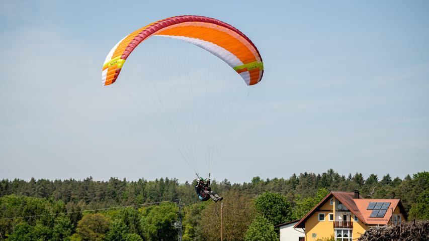 Manch einer kommt hoch hinaus, andere müssen mangels Thermik schon nach wenigen Minuten wieder zur Landung ansetzen.
