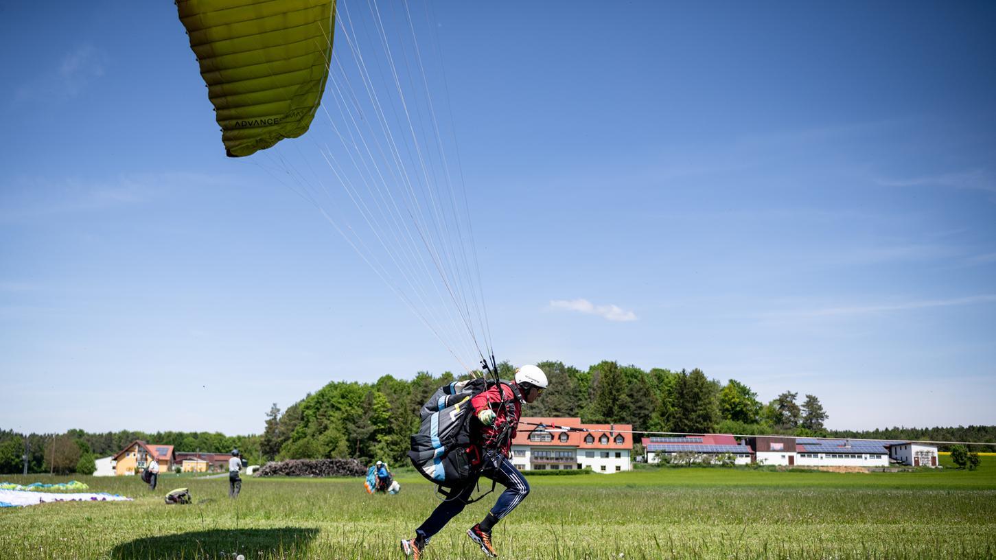 Einfach losrennen, wenn das Seil (rechts vor der Brust zu erkennen) anspannt. So erheben sich die Paraglider vom Siegritzer Hochplateau in die Lüfte.