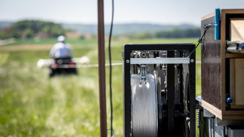 Nun werden zwei Seile (damit in dichterem Takt gestartet werden kann) mit einem Quad zum Start transportiert.
