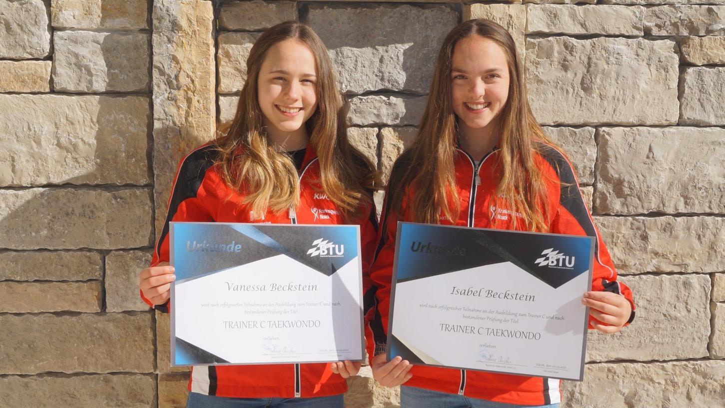 Bestanden die Trainerprüfung mit Bravour: Vanessa (li.) und Isabel Beckstein von der Taekwondoabteilung des SV Nennslingen.