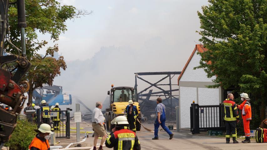 Redaktioneller Hinweis: Privatpersonen bitte pixeln!Am Freitag (04.06.2021) kam es in Dinkelsbühl (Lkr. Ansbach) zu einem Brand einer Lagerhalle. Das Gebäude wurde vollständig von den Flammen zerstört. Ein Bagger zog das Brandgut für die Nachlöscharbeiten auseinander. Bei dem Feuer wurden acht Personen leicht verletzt, darunter zwei Mitarbeiter und sechs Feuerwehrleute. Foto: NEWS5 / Frank Weitere Informationen... https://www.news5.de/news/news/read/21028
