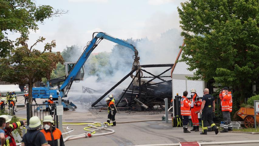 Zwei Lagerhallen in Dinkelsbühl in Flammen - Mehrere Verletzte