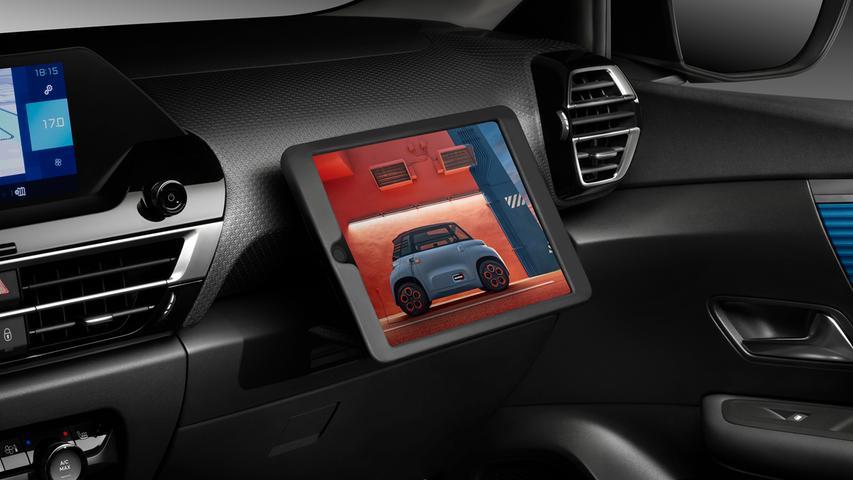 Das hat nicht jeder: Eine beifahrerseitig ausklappbare Tablet-Halterung. Bei Nichtgebrauch findet der Flachrechner in einem Schubfach Unterkommen, zuverlässig geschützt vor begehrlichen Blicken durchs Seitenfenster.