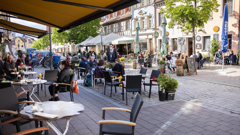 Bislang dürfen Gastronomen – hier in der Gustavstraße – nur ihre Außenbereiche öffnen. Das ändert sich ab Montag: Dann können sie auch in den Innenräumen Gäste empfangen.