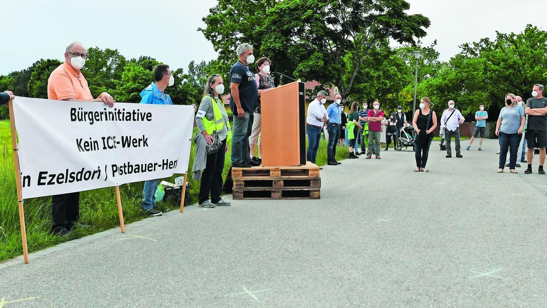 Die Initiatoren, auf dem Palettenstapel Jürgen Rupprecht und Gabriele Bayer, waren überrascht, dass rund 110 Bürger aus Postbauer-Heng, aber auch dem nahen Ezelsdorf zur Gründung der BI gekommen waren. Mit so einem Zuspruch hatten sie nicht gerechnet, sagten sie offen.