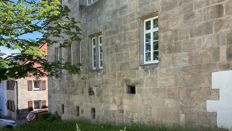 Im Gras, auf einer Grünfläche am Kloster, hatten Fußgänger beim Gassi-Gehen das Neugeborene gefunden.