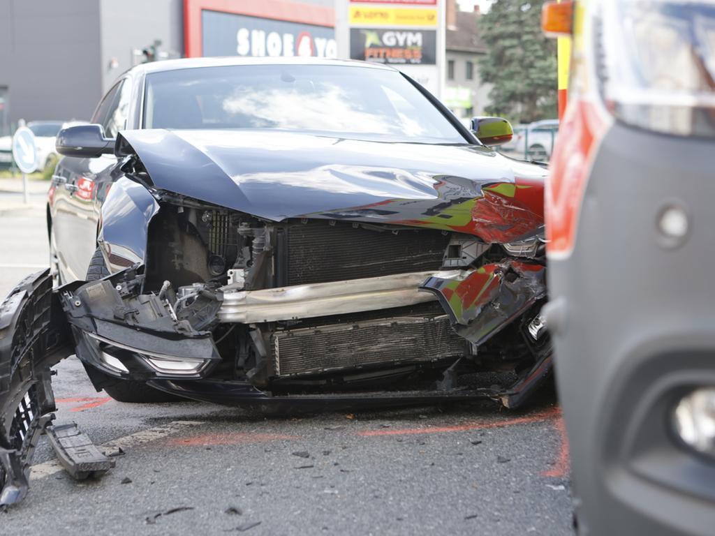 Zu einem Verkehrsunfall kam es am Samstag (05.06.2021) in Fürth. Aus bislang unbekannter Ursache kollidierten ein Rettungswagen, der gerade auf dem Weg zu einem Einsatz war, und ein Audi im Kreuzungsbereich miteinander. Die beiden Insassen des Rettungswagen und der Fahrer des Audi wurden hierbei leicht verletzt. Die Polizei hat die Ermittlungen zur genauen Unfallursache aufgenommen. Foto: NEWS5 / Oßwald Weitere Informationen... https://www.news5.de/news/news/read/21046