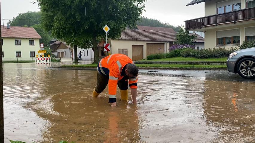 Heftige Regenschauer überfluten die Straßen in der Region