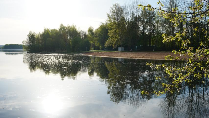 Der lange, goldgelbe Sandstrand, die Liegewiese und die Schatten spendenden Bäume laden am Ufer des Kleinen Brombachsees zum Verweilen und Entspannen ein.