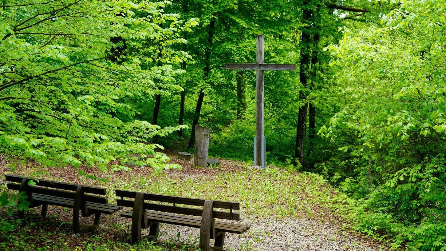 Ein Andachtsplatz im Friedwald von Ebermannstadt. 25 verschiedene Baumarten gibt es hier als Bestattungsbäume. Im Unterschied zu anderen Wäldern machen sich die Folgen des Klimawandels hier nicht so stark bemerkbar.