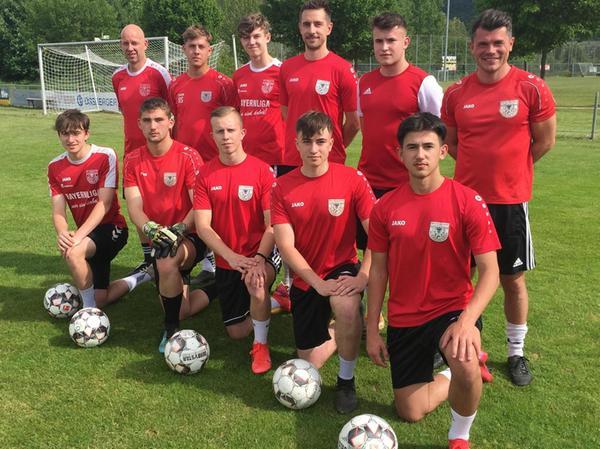 Personalzuwachs: Die Trainer Markus Vierke (st. rechts) und Michael Seitz (st. links) mit einem Großteil der U19-Spieler sowie Rückkehrer Sebastian Walter (st. 3. v. re.).