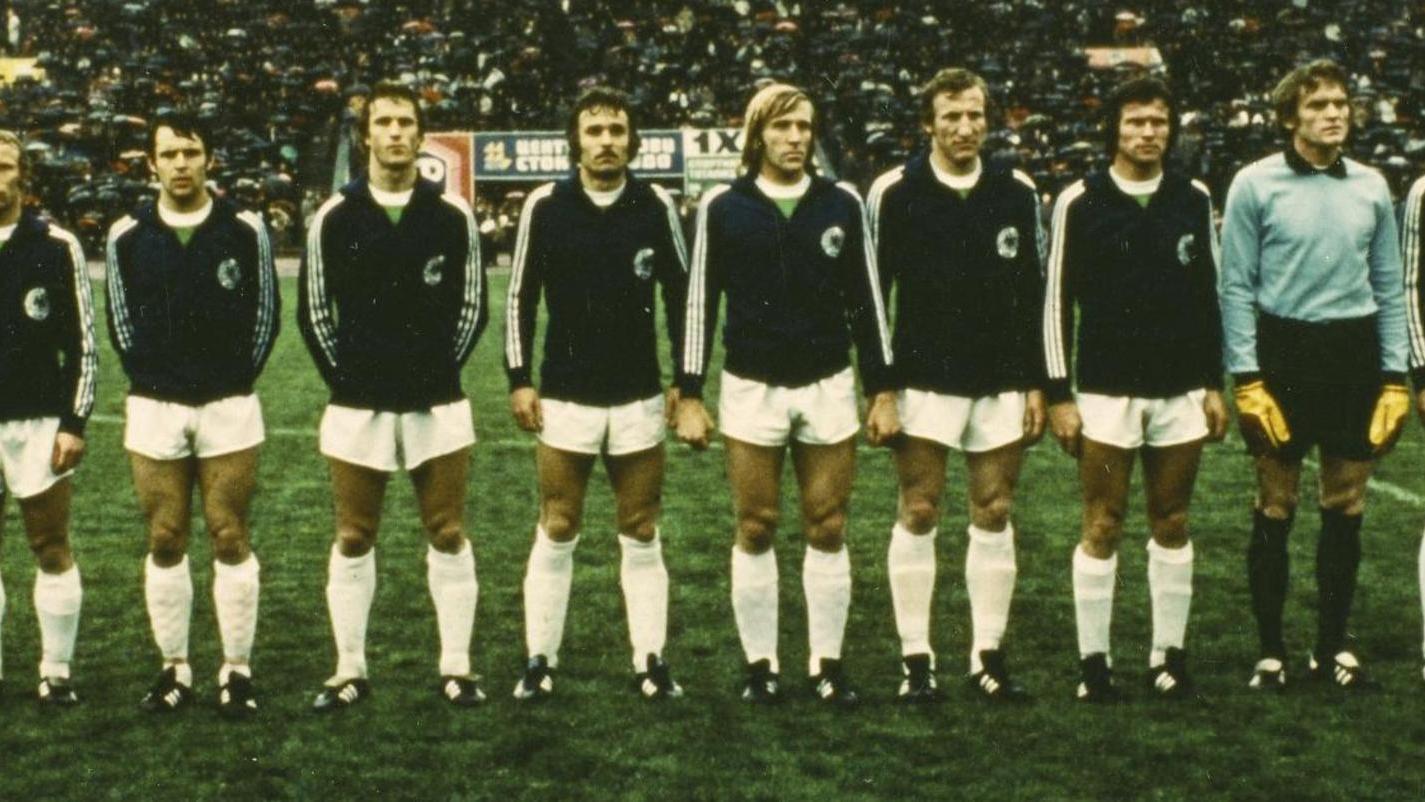 Nur drei Länderspiele durfte Manfred Ritschel (Sechster v. li.) bestreiten. Sein wichtigstes war im April 1975 das EM-Qualifikationsspiel gegen Bulgarien in Sofia (unser Bild). Den Treffer zum 1:1-Endstand erzielte Ritschel für den amtierenden Fußball-Weltmeister per Strafstoß eine Viertelstunde vor Schluss. Deutschland holte sich den Gruppensieg in der EM-Quali, spielte sich bei der Endrunde ins Finale und verlor dort gegen die Tschechoslowakei im Elfmeterschießen. Ritschel war da nicht mehr dabei. Unvergessen sicherlich die Szene, wie Uli Hoeneß den Ball in den Belgrader Nachthimmel drosch.