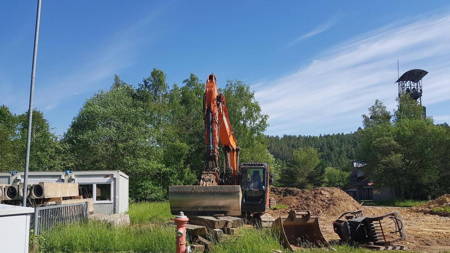 Direkt neben dem Maffei-Gelände stehen bereits ein Bagger und einige Container. Das 20 000 Quadratmeter große Grundstück hat Jürgen Meyer erworben, weil er in Pegnitz wenig Perspektiven sieht.