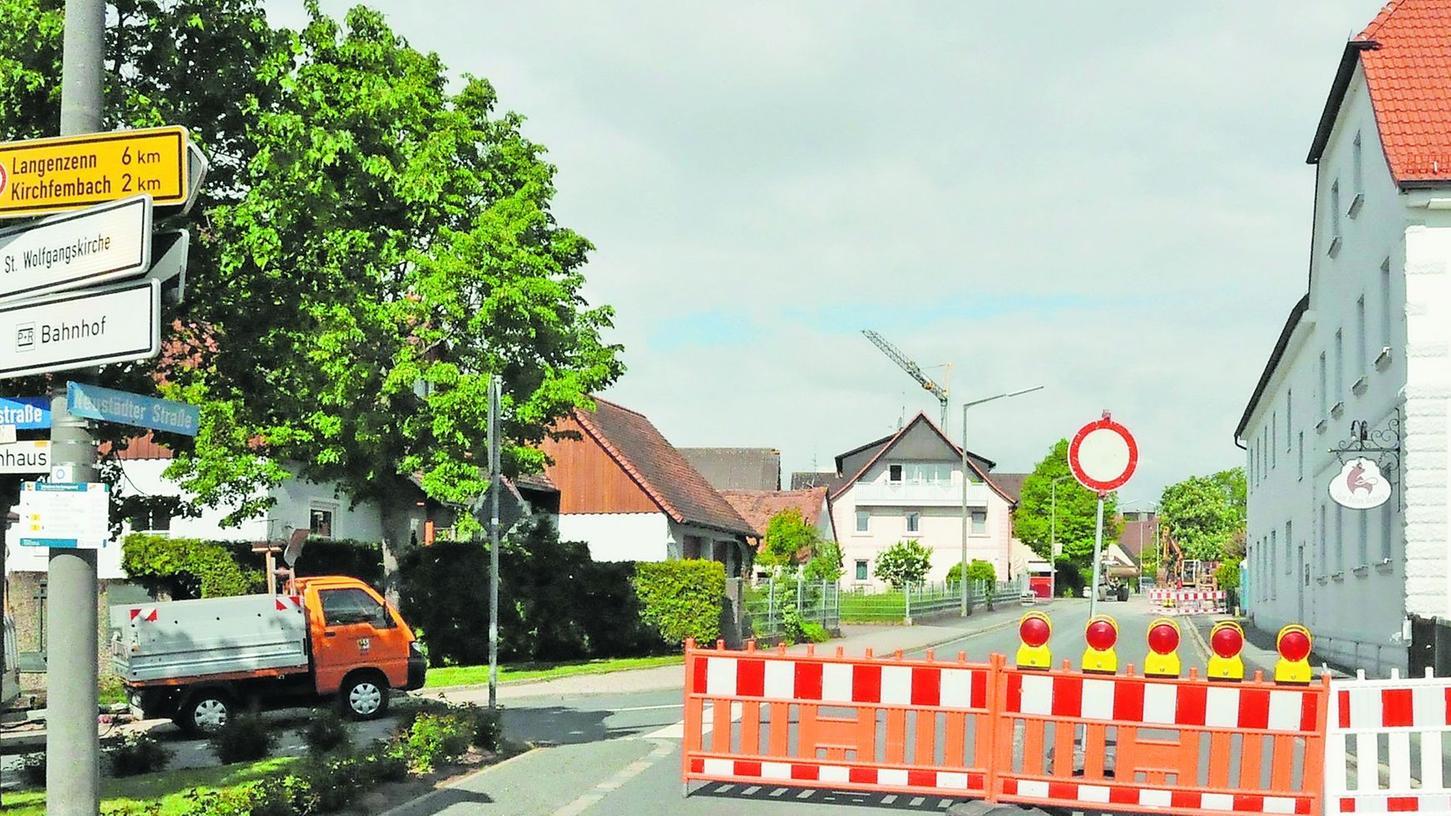 """Egal, ob von Osten oder Westen kommend: Irgendwann geht für Autofahrer in Puschendorf nichts mehr. Denn ein 300 Meter langer Abschnitt der Neustädter Straße ist zwischen der Dorfeiche und der Kreuzung beim Gasthaus """"Roter Ochse"""" (re.) gesperrt."""