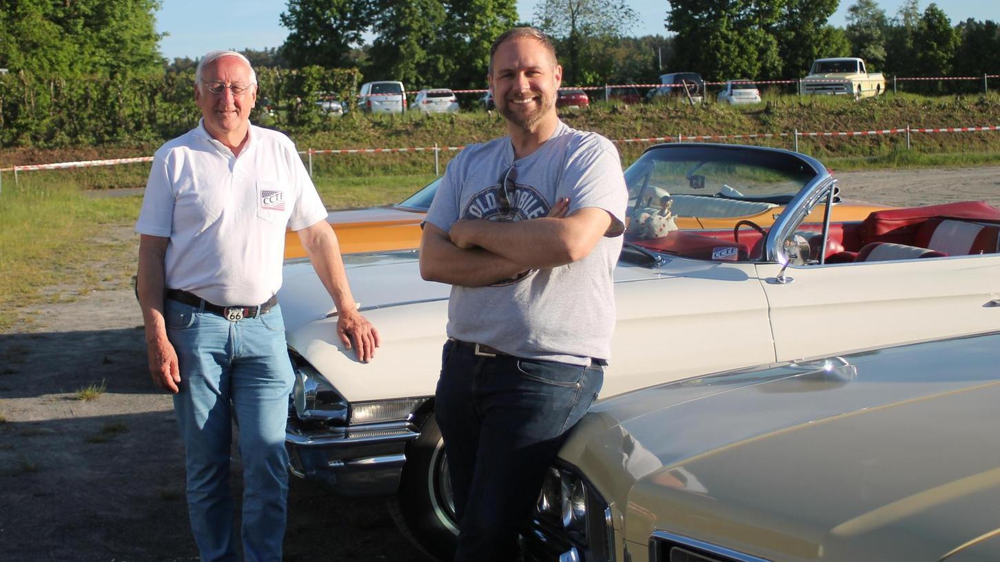 Wilfried (li.) und Stefan Krautz in Roßtal vor ihren US-Oldtimern.