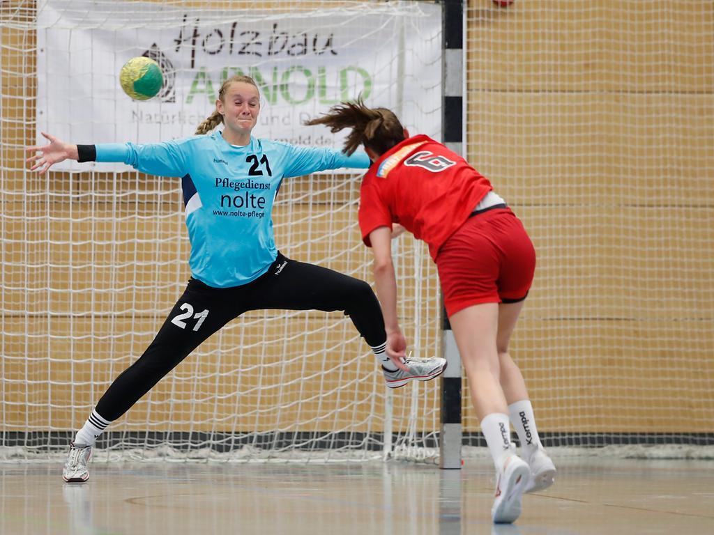 06.06.2021 --- Handball --- Saison 2020 2021 ---  Frauen Damen --- Relegation Aufstieg Bayernliga : HSV Bergtheim - HC Erlangen HCE --- Foto: Sport-/Pressefoto Wolfgang Zink / HMB --- v. li. Torhueterin Pia Kunzmann (HSV Bergtheim) und Nele Stock (HC Erlangen)