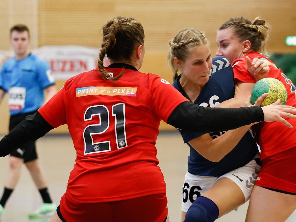 06.06.2021 --- Handball --- Saison 2020 2021 ---  Frauen Damen --- Relegation Aufstieg Bayernliga : HSV Bergtheim - HC Erlangen HCE --- Foto: Sport-/Pressefoto Wolfgang Zink / HMB --- v. li. Lara Carbone (HC Erlangen), Tina Hartl (HSV Bergtheim) und Nele Stock (HC Erlangen)