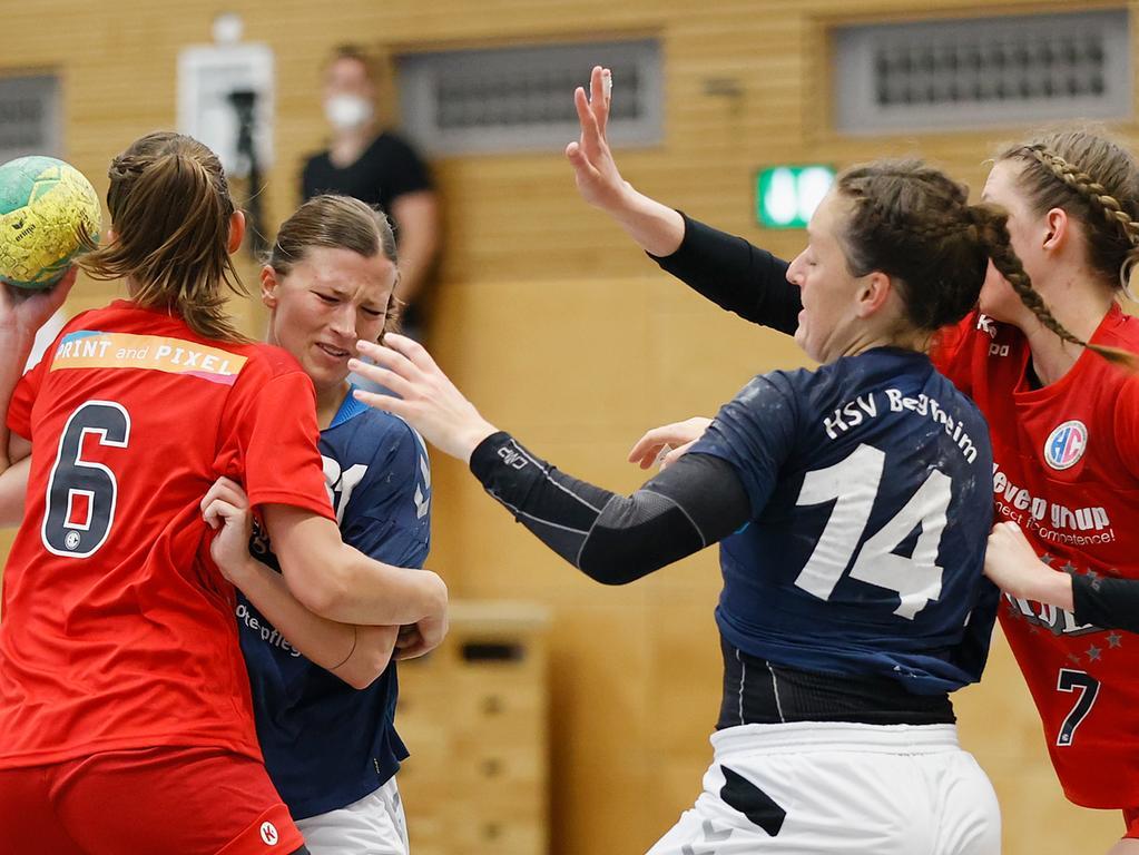 06.06.2021 --- Handball --- Saison 2020 2021 ---  Frauen Damen --- Relegation Aufstieg Bayernliga : HSV Bergtheim - HC Erlangen HCE --- Foto: Sport-/Pressefoto Wolfgang Zink / HMB --- v. li. Franziska Peschko (HC Erlangen), Ronja Schwalbe (HSV Bergtheim), Tanja Bausenwein (HSV Bergtheim) und Alina Erdmann (HC Erlangen)