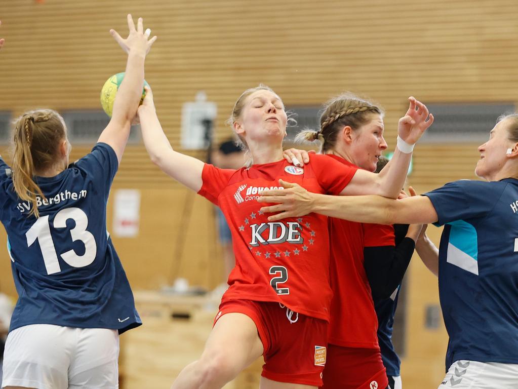 06.06.2021 --- Handball --- Saison 2020 2021 ---  Frauen Damen --- Relegation Aufstieg Bayernliga : HSV Bergtheim - HC Erlangen HCE --- Foto: Sport-/Pressefoto Wolfgang Zink / HMB --- v. li. Hannah Lichtlein (HSV Bergtheim), Viktoria Peters (HC Erlangen), Alina Erdmann (HC Erlangen) und Julia Albert (HSV Bergtheim)