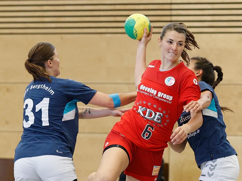 06.06.2021 --- Handball --- Saison 2020 2021 ---  Frauen Damen --- Relegation Aufstieg Bayernliga : HSV Bergtheim - HC Erlangen HCE --- Foto: Sport-/Pressefoto Wolfgang Zink / HMB --- v. li. Ronja Schwalbe (HSV Bergtheim), Franziska Peschko (HC Erlangen) und Anna Zimmer (HSV Bergtheim)