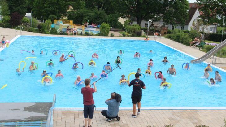Wassergymnastik mal anders: die Herausforderung im Schnaittacher Nichtschwimmerbecken am Freitag bestand darin, sich auf die von Melanie Weißmann vorgemachten Übungen zu konzentrieren und nicht auf die Kamera.