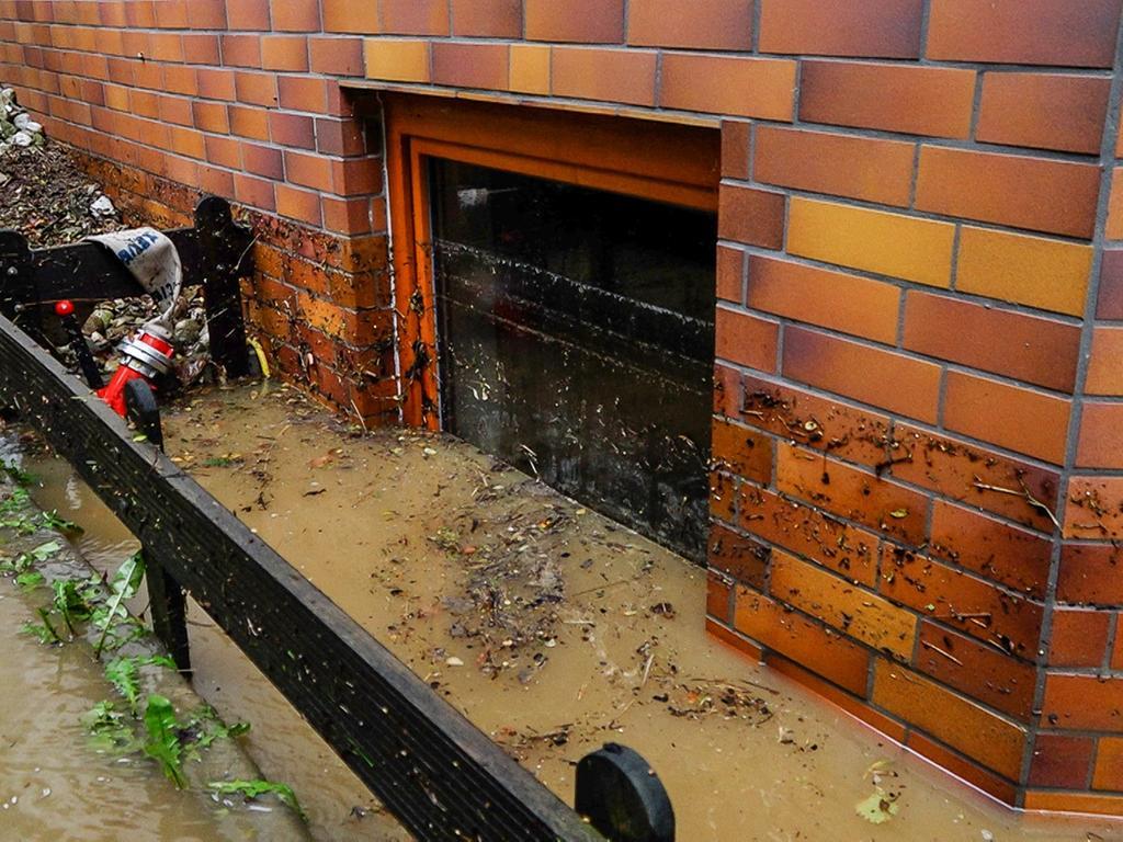 Durch Starkregen geflutete Keller und Unterführungen, weggeschwemmte Autos und Straßensperrungen: Heftige Gewitter am Wochenende haben weite Teile Deutschlands fest im Griff. Die Feuerwehren befinden sich seit Samstag im Dauereinsatz und auch am Sonntag (06.06.2021) ist kein Ende in Sicht.Auf der BA30 zwischen Ludwag und Kübelstein im Landkreis Bamberg schwemmte das Wasser vom Feld auf die Straße. Im Landkreis Bayreuth bereitet sich die Feuerwehr bereits auf eine Unwetterlage vor. In Dressendorf werden Sandsäcke vorbereitet. Das Nürnberger Land wurde ebenfalls von starken Niederschlägen heimgesucht. In Neuhaus an der Pegnitz wurde eine Unterführung geflutet. Mutige Auto- und Quadfahrer trauten sich dennoch durch die Fluten.Das Örtchen Großalbershof im Landkreis Amberg-Sulzbach wurde durch die heftigen Niederschläge komplett unter Wasser gesetzt.