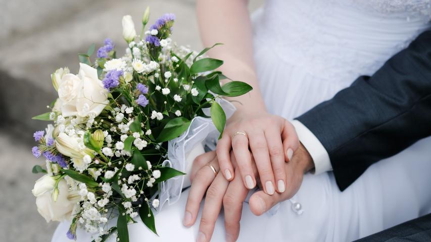 Bei Geburtstagen, Hochzeiten oder Vereinssitzungen dürfen sichinnen 50, unter freiem Himmel 100 Menschen treffen - ohne Tests.