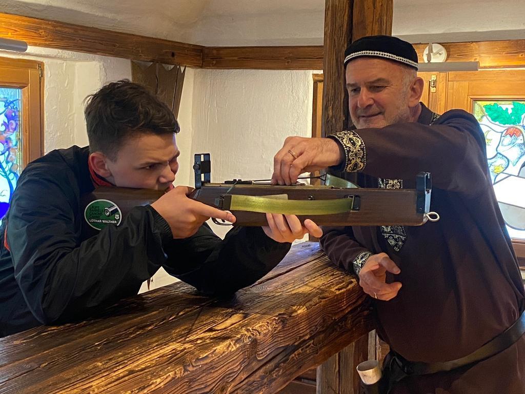 Armbrustschießen will gelernt sein: Erich Stebeeg ist Experte und vor allem ein geduldiger Erklärer: Nach wenigen Versuchen treffen auch Kinder und Jugendliche auf der Burg Oberkapfenberg ins Schwarze.