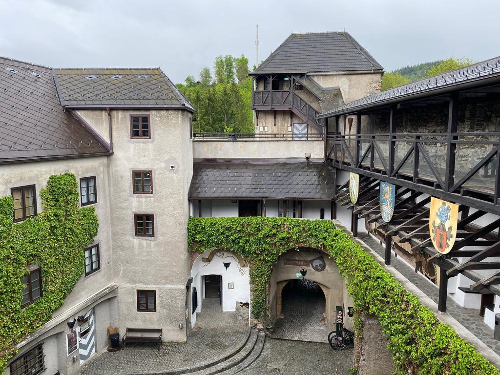 Blick in den Hof der Burg Oberkapfenberg. Ehemals residierten hier Herren von Stubenberg. Heute bietet die Burg für Touristen ein interessantes Museum und eine Greifvogelschau.