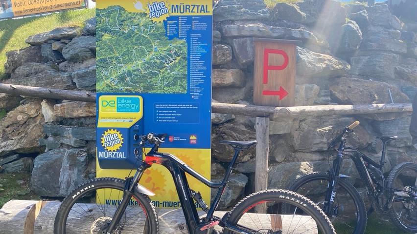 Gratis den Akku des E-Bikes laden - das ist in der Hochsteiermark kein Problem. Ladestationen gibt es beispielsweise entlang des Mürztalradweges alle paar Kilometer. Aber auch bei den Bergrouten, etwa im Skigebiet Stuhleck, stehen die Ladestationen.