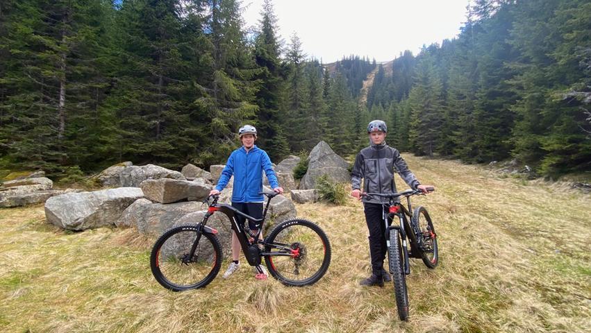urze Pause während der Tour: Immer wieder laden schöne Flecken zum Verweilen ein. Das Radfahren in den Bergen der Hochsteiermark bietet tolle Ausblicke auf eine der waldreichsten Landschaften Österreichs.