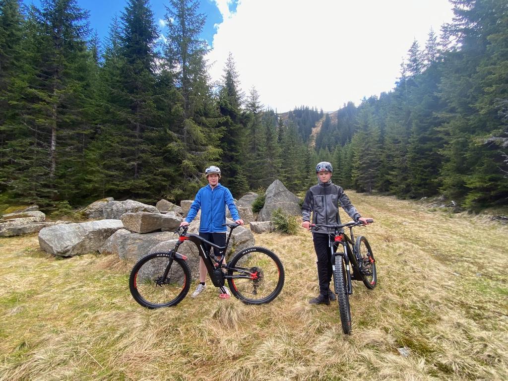 Kurze Pause während der Tour: Immer wieder laden schöne Flecken zum Verweilen ein. Das Radfahren in den Bergen der Hochsteiermark bietet tolle Ausblicke auf eine der waldreichsten Landschaften Österreichs.