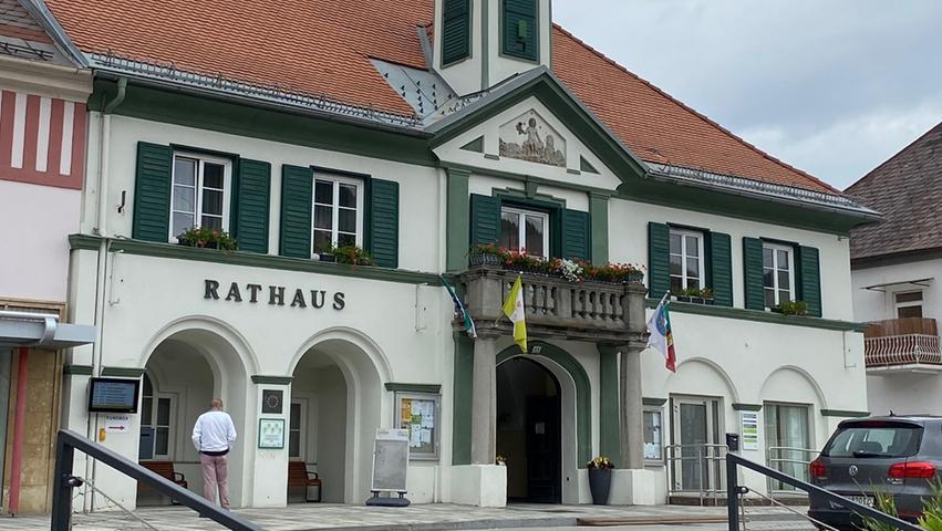Das kleine Städtchen Kindberg liegt direkt am Mürztalradweg. BIker sollten dort eine Pause einlegen. Am Markplatz steht das schöne Rathaus und zudem warten Kaffeehäuser und Eisdielen auf die durstigen und hungrigen Radfahrer.