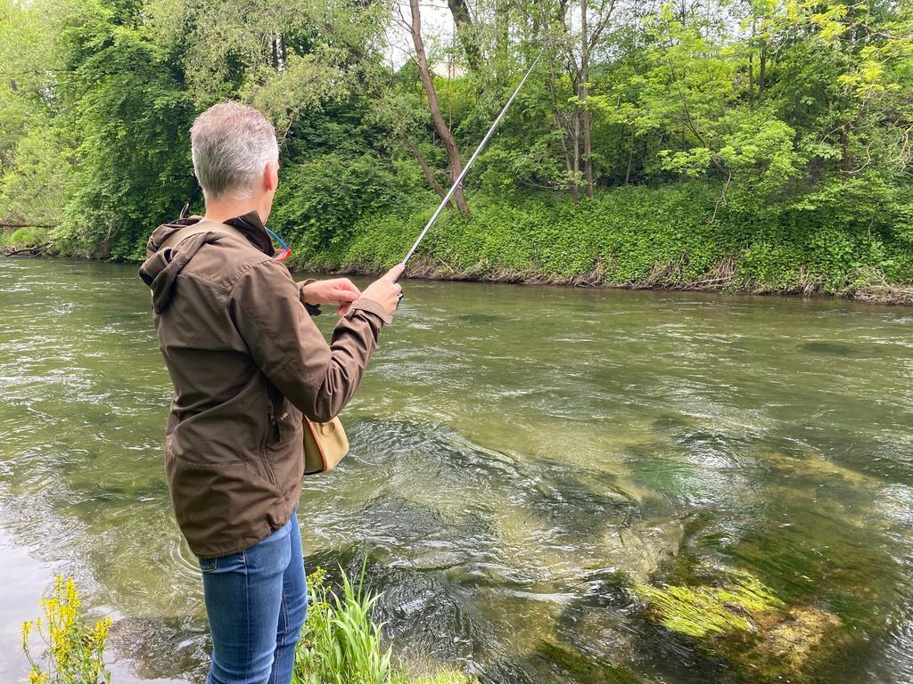 Ein echter Profi mit der Angelrute: Hannes Rothwangl aus Krieglach weiß, wie das Fischen in der Mürz funktioniert. Mit seinen Gästen geht der Wirt gerne an den Fluss. Und nach einigen Versuchen können auch Anfänger Glück haben. Vor allem Bachforellen, Eschen oder Regenbogenforellen schwimmen in dem sauberen Gewässer.
