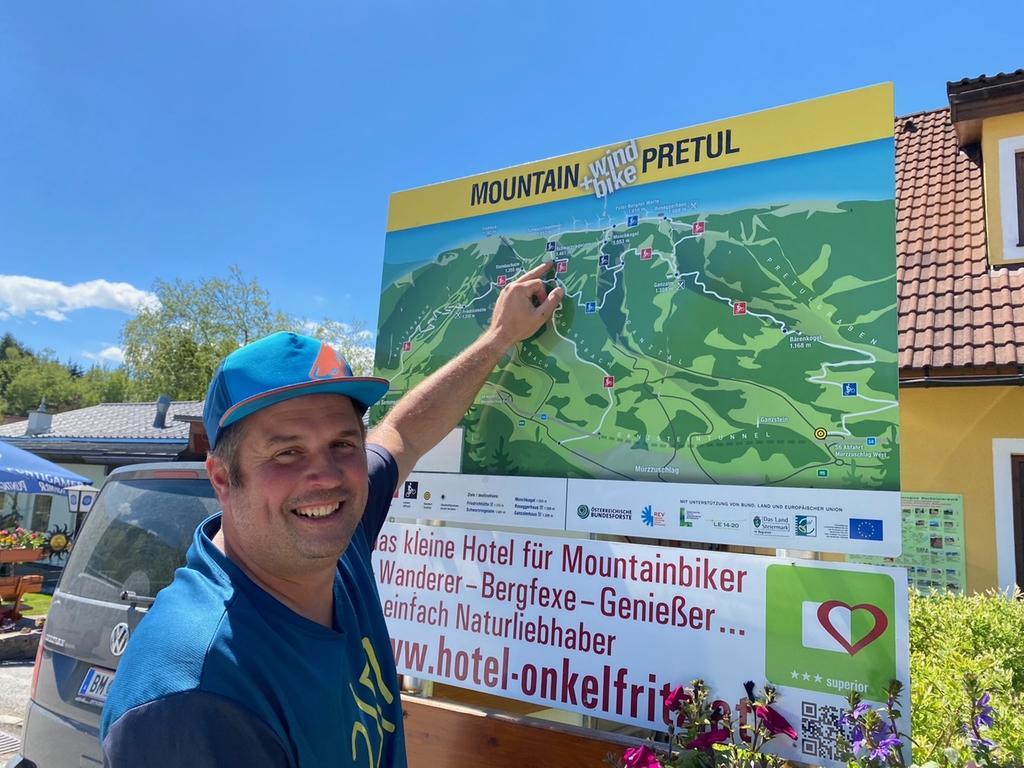 Peter Perner begleitet Touristen gerne bei Radtouren in der Region Hochsteiermark. Der E-Bike-Verleiher hat sein Geschäft direkt an der Talstation der Gondelbahn Stuhleck. Von dort aus beginnen die Touren durch den Bikepark Pretul. Der 42-Jährigen ist ausgebildete E-Bike-Guide und noch dazu ein sehr unterhaltsamer Begleiter.