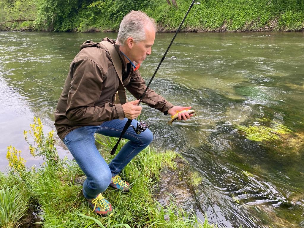 Hannes Rothwangl war erfolgreich: Eine Forelle hat angebissen. Allerdings ist das Tier zu klein, so dass es weiter in der Mürz schwimmen kann. Erst ab circa 30 Zentimeter Größe werden die Fische mitgenommen und fangfrisch im Gasthaus von Rothwangl serviert.